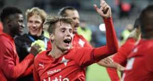 Uskomaton Stadin derby – HIFK:n fanit ryntäsivät kentälle