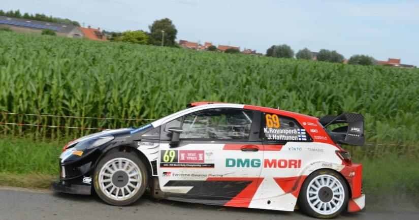 Kalle Rovanperä kaasuttelee Toyotallaan Belgian Ypres-rallissa (Kuva: AOP)