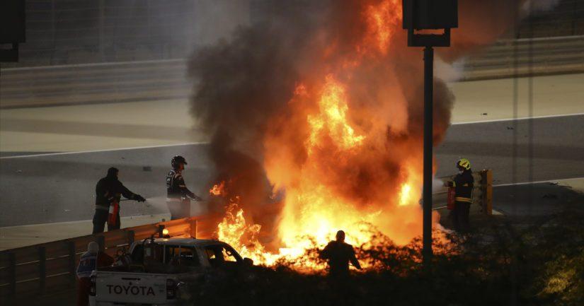 Romain Grosjeanin F1-auto meni rajussa törmäyksessä kahtia ja syttyi palamaan