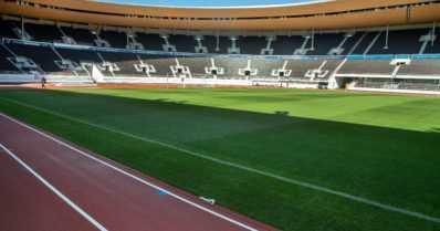 Veronmaksajille valtava lisälasku Olympiastadionista – katsojat kurkkivat pylväiden takaa