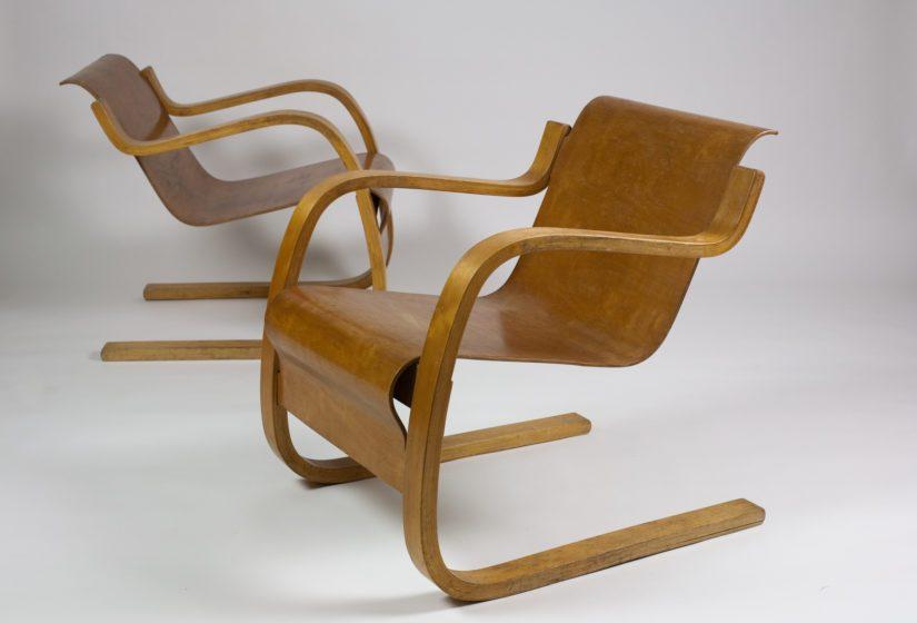 Taivutetusta puusta valmistetut nojatuolit, suunnittelija Alvar Aalto 1932.