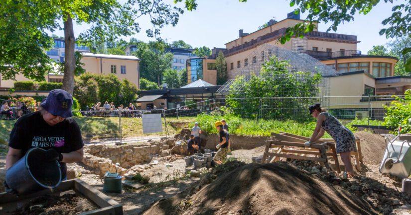 Aboa Vetus & Ars Novan arkeologista kaivausta voi seurata terassilla istuessaan. Kaivauksella työskentelee myös joukko vapaaehtoisia yleisöarkeologin johdolla.