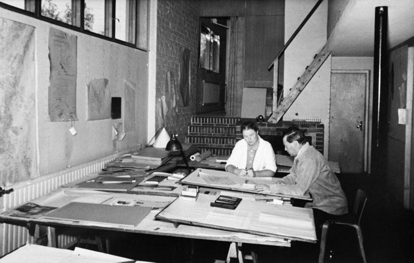 Aino ja Alvar Aalto arkkitehtitoimistossaan.