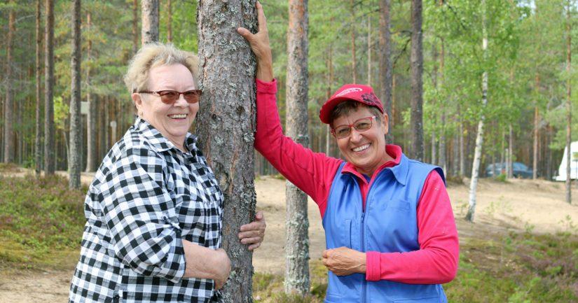 Härmäin Invalidien toimintakaksikko, puheenjohtaja Aino Kallio ja rahastonhoitaja Sisko Hanhimäki ovat tyytyväisiä yhdistyksen nykytilaan. – Leirintäalueen ansiosta toiminta pyöri omillaan ja euroja jää jopa paikkojen kohenteluun, kaksikko iloitsee.