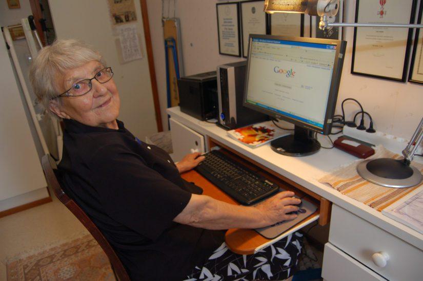 Aino Kaukonen on Nurmon nörttimummoja. – Opettelin tietokoneen käytön vasta 83-vuotiaana. Netissä menee keveästi neljä tuntia päivässä, Aino veistelee hyväntuulisena.