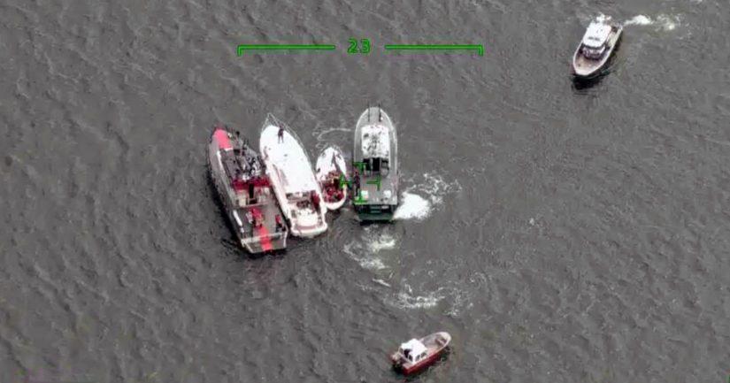 Onnettomuusveneet pelastusyksiköiden välissä, veneiden kokoero näkyy selvästi.