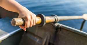 Rattijuoppo pakeni poliisia ajaen autolla piikkimaton läpi – pääsi lopulta soutuveneellä merelle