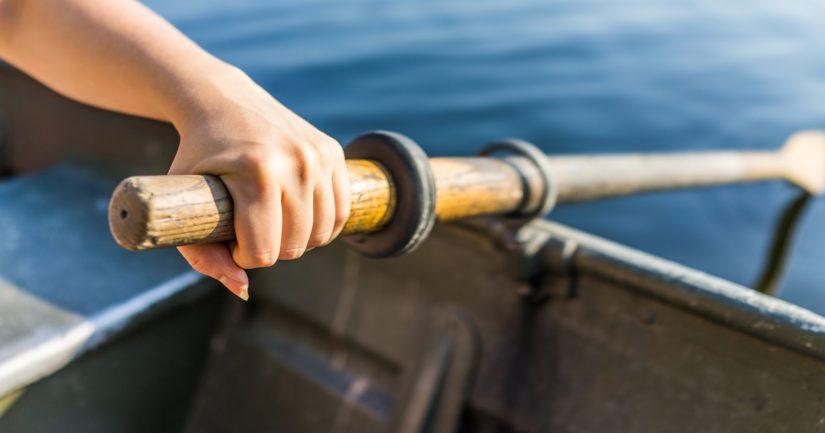 Mies oli liikkeellä soutuveneellä ja matkalla kokemaan verkkojaan.