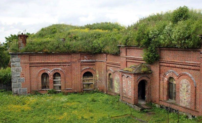 Vuosisatojen ja eri sotien yhteydessä saareen on muodostunut ainutlaatuinen infrastruktuuri, joka käsittää upeita historiallisia rakennuksia eri aikakausilta kuten Aleksanterin patteri.