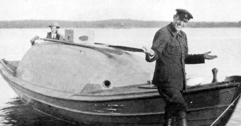 Algoth Niska Karolina-aluksensa edustalla, kannella Jack Lindvall.