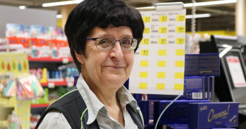 Palveluvastaava Alli Pussinen on työskennellyt kaupan alalla kunnioitettavat 40 vuotta.
