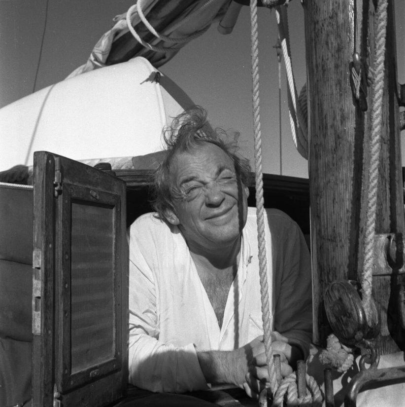 Alvar Aalto kurkistaa Daphnen kajuutasta 1950-luvun puolivälissä.
