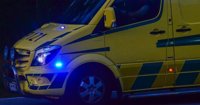 Ajoneuvossa olleet miehet loukkaantuivat ulosajossa ja heidät kuljetettiin ambulanssilla tutkimuksiin sairaalaan.