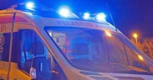 Tieltä suistunut auto päätyi katolleen jokeen – poliisi veti kuljettajan ulos takaoven kautta