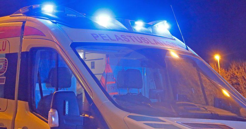 Törmäyksessä loukkaantui kolme henkilöä ja tie oli poikki liikenteeltä pelastustoimien ajan.