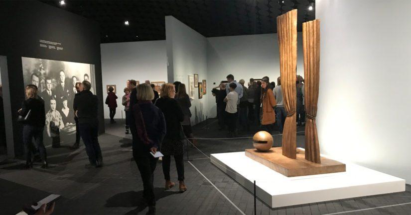Amos Rex -museossa esitellään ensimmäistä kertaa Suomessa René Magrittén tuotantoa.