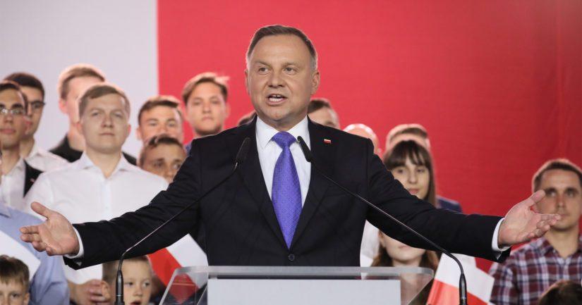 Presidentti Andrzej Duda, Krakovasta kotoisin oleva 48-vuotias juristi, sai äänistä 51,2 prosenttia.