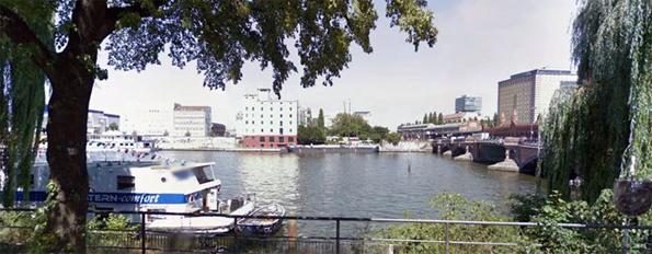 Joen rannalla oleva rakennus on sama kuin Berliinissä kuvatussa videossa.