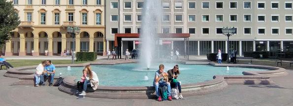 Suihkulähde ja rakennuksen kaaret paljastavat kuvan otetun Karlsruhessa.