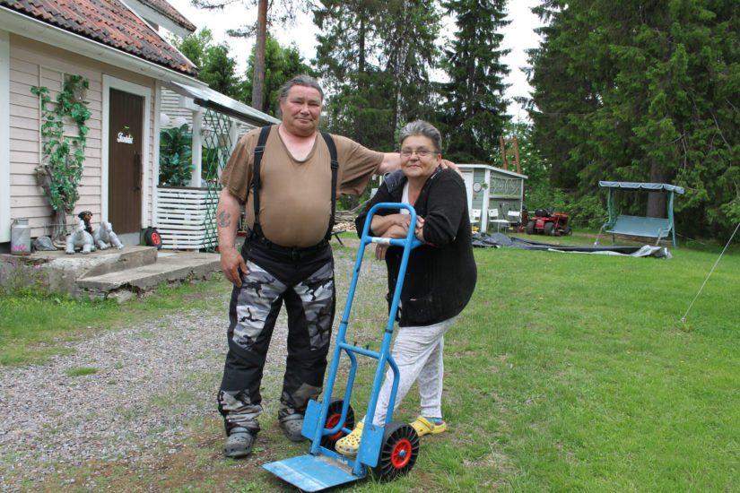 Anita Åberg ja Arvi Hirvelä ostivat lähes 200 neliön suuruisen talon 20 000 eurolla. – Lampinsaaressa ovat asuntojen hinnat kohdillaan, sillä kaupan päälle tuli vielä iso piha ja mukava kylämiljöö.