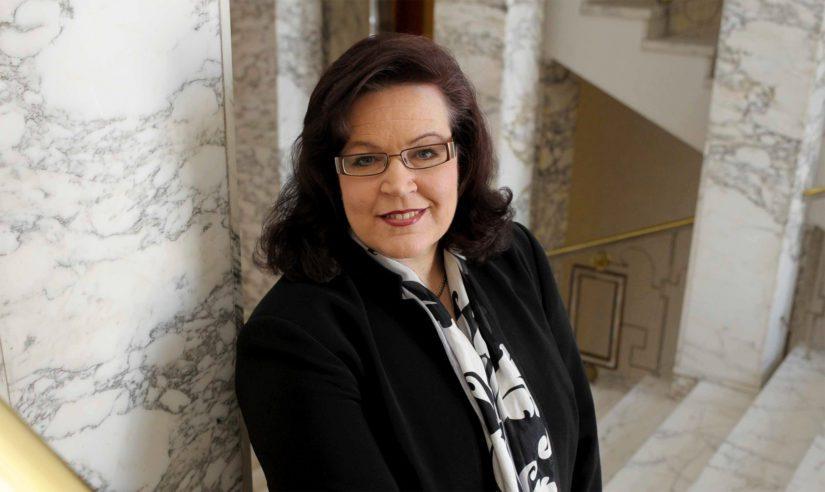 Ex-kansanedustaja Anne Holmlundin sopeutumiseläkkeen suuruutta nostaa myös pesti sisäministerinä.