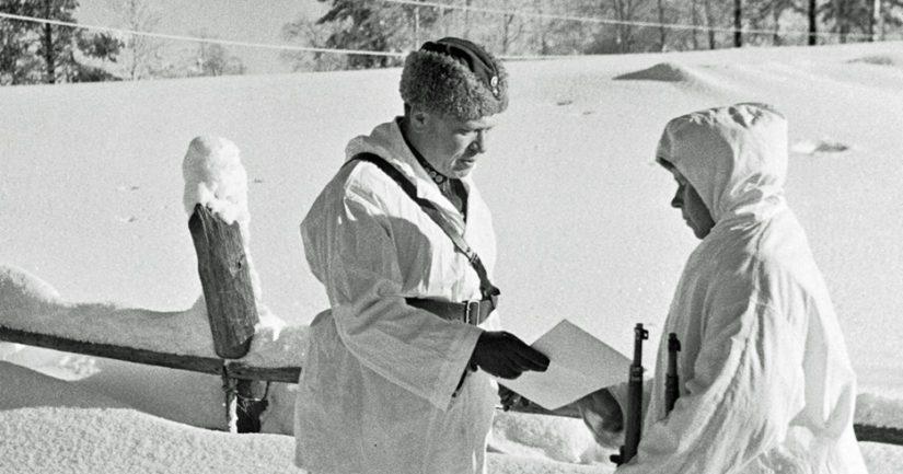 Eversti Antero Svensson luovuttaa 17.2.1940 Simo Häyhälle tarkkuuskiväärin, jonka on lahjoittanut ruotsalainen liikemies Eugen Johansson.