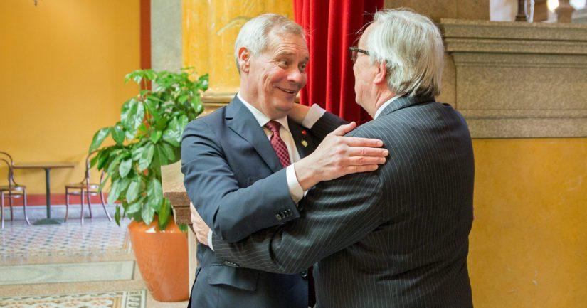 Antti Rinteen ja Jean-Claude Junckerin kohtaamisissa ei halauksia ole säästelty.