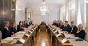 Ministereiden ja avustajien palkkioihin roimasti lisää rahaa – hallitus antoi odotetun talousarvioesityksen