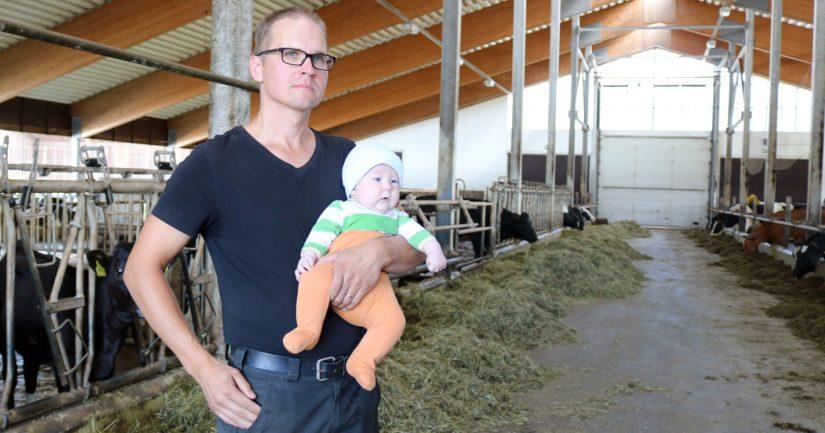 Antti Tuukkanen pitää tärkeänä, että tilalla kiinnitetään tuotannon lisäksi huomiota myös talouteen. Sylissä on Jeremias-vauva. – Laskukone ja kannattavuuslaskelmat pitävät toiminnan raiteilla.