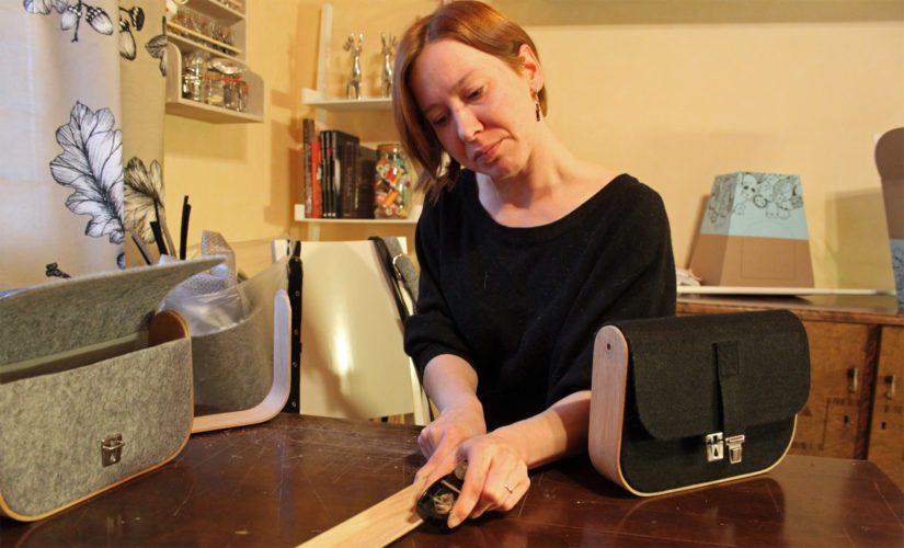 Tekstiiliartesaanin ja teollisen muotoilijan koulutuksen saanut Anu Martikkala suunnittelee ja työstää myös persoonallisia huopalaukkuja.
