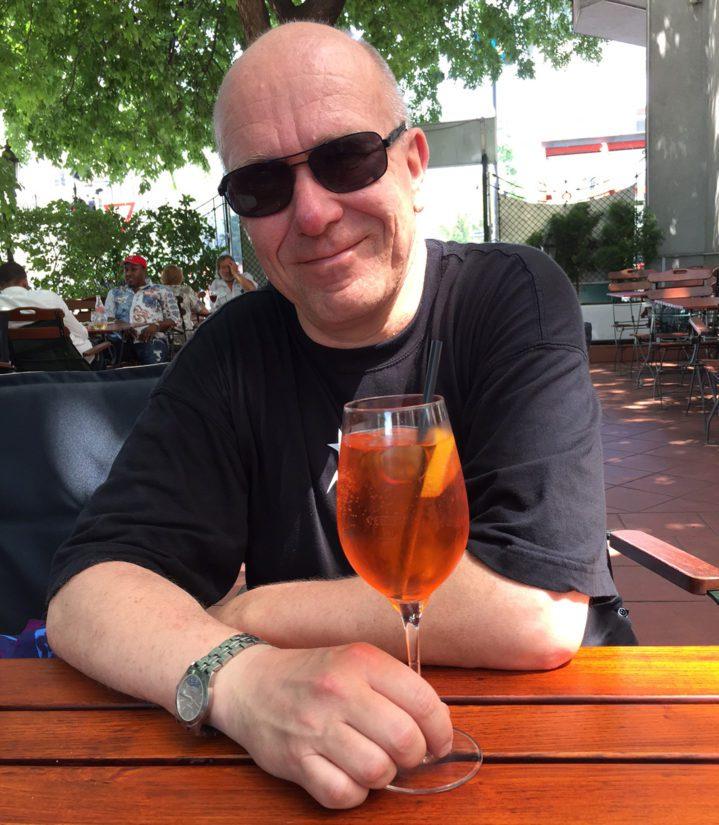 Maukas ja raikas drinkki auttaa jaksamaan ja jopa hymyilemään. Aperol Spritzer, zum beispiel!