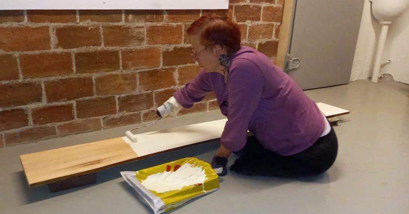 Teippasimme maalitelan varren käsivarteeni kiinni ja lattialla istuen maalailin osat.