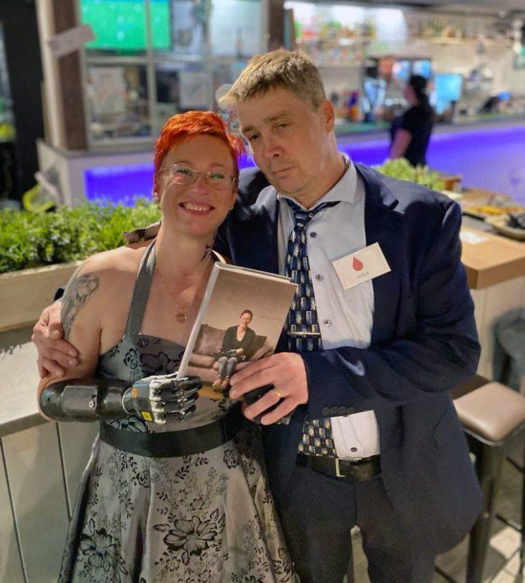 Arja kirjoitti kirjan elämästään päiväkirjamerkintöjen pohjalta. Kuvassa myös tärkeisiin taustajoukkoihin kuuluva aviomies Mika Ahtaanluoma.