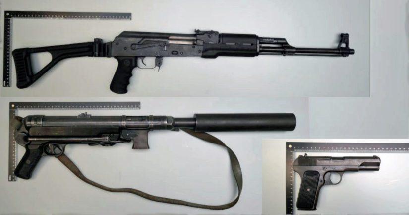 Esitutkinnan yhteydessä takavarikoituja ampuma-aseita.
