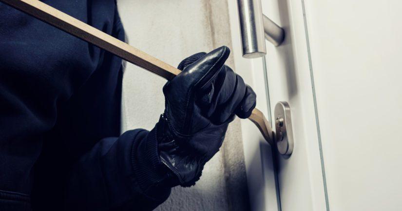 Asennuta huultamattomaan eli tasareunaiseen oveen rakoraudat, jotka estävät oven vääntämisen auki.