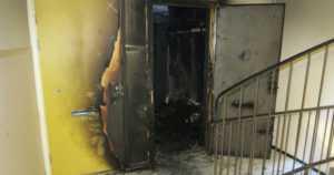 Mies poltti asunnon ja kaksi autoa – sammutustöiden yhteydessä löytyi kuollut nainen