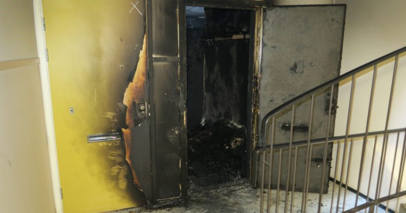 Ovi murrettiin auki, jolloin asunnon havaittiin olevan kauttaaltaan palanut