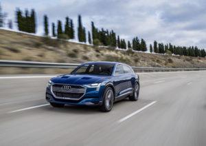 E-tron on ensimmäinen suurina sarjoina valmistettava Audin sähköauto. (Kuva Audi Mediacenter)