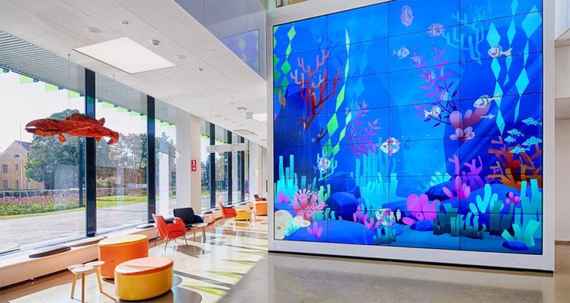 Sisääntuloaulassa on meriakvaario, mediaseinään lapset voivat skannata värittämiään kaloja.