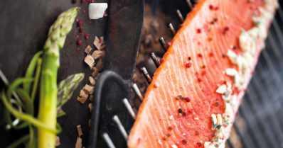 Joulupöydän kruunaavat lipeäkala ja graavisiika – miten olisi miedosti savustettu aurajuustolohi?