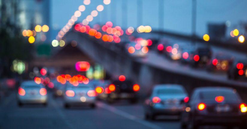 Ajokilometrien vähentäminen tuottaisi nopeammin päästövähennyksiä kuin liikenteen käynnissä oleva sähköistyminen yksinään.