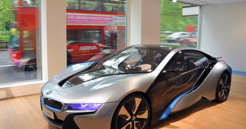 BMW:n Michele Fuchs arvelee, että nykyisenkaltaiset automyymälät ovat kohta katoavaa kansanperinnettä.