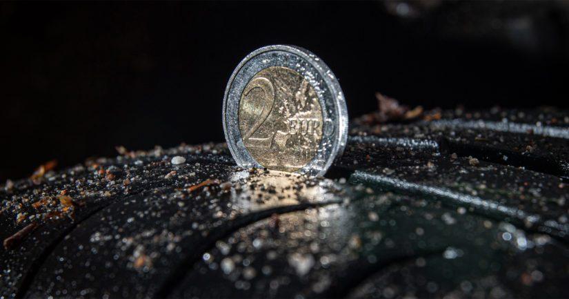 Jos kahden euron kolikon hopeareunus uppoaa kesärenkaan uraan, ovat renkaat hyvässä kunnossa.