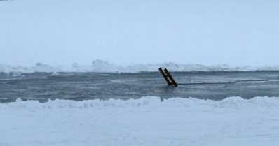 Kaksi henkilöautoa upposi jäihin – poliisi epäilee kahden henkilön hukkuneen