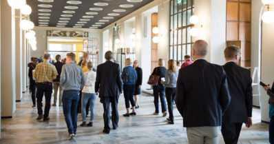 Eduskuntatalon avoimet ovet toivat tungoksen – vierailijatiedoissa noudatetaan viimein omia päätöksiä