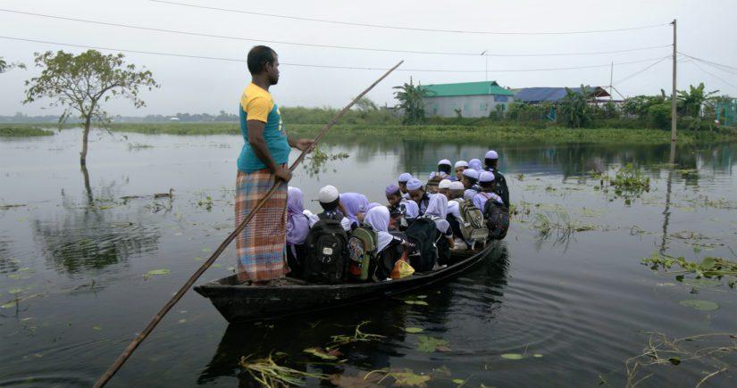 Bangladeshissa koulumatka taittuu osan vuodesta veneellä.