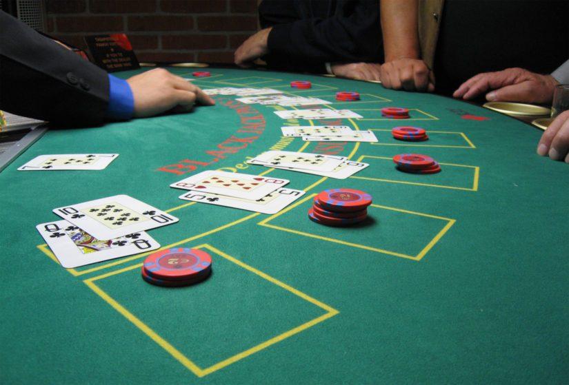 Toisin kuin puhtaissa onnenpeleissä, blackjackissa taidolla on merkitystä.