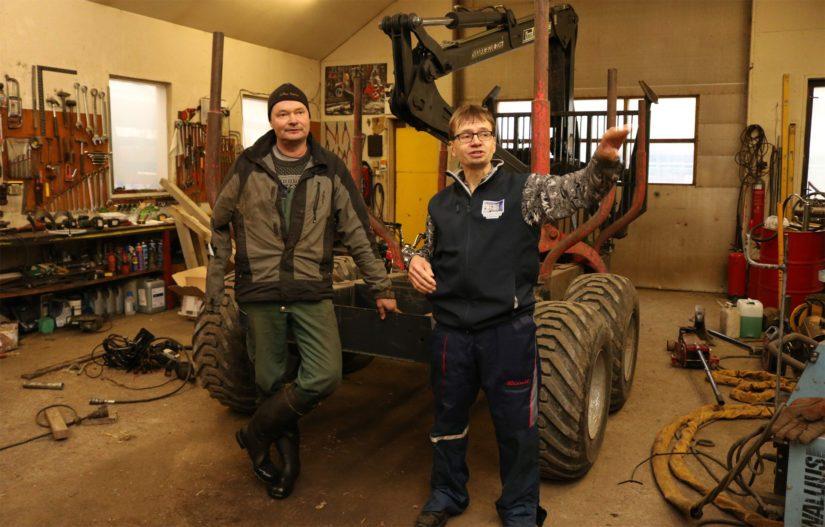 Markku ja Mika pyörittivät aikoinaan maidontuotannon ohella myös maatilakorjaamoa. – Nykyään huolto- ja korjaushommat rajoittuvat lähinnä omiin koneisiin. Aika on tässäkin lajissa rajallinen.