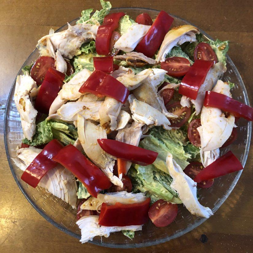 Viimeistele leikkaamalla paprika sekä jakamalla se lautasille.