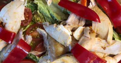 Tuhti ja maukas broilerisalaatti kahdelle – vegaaninen majoneesi kruunaa grilliherkun